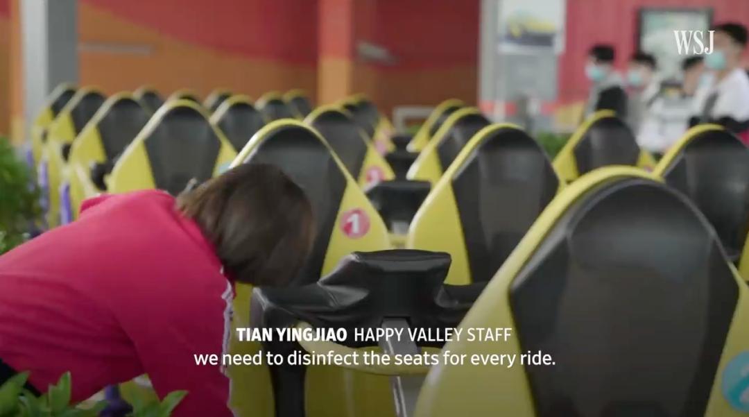 ▲事情职员在旅客乘坐每一趟过山车前对座椅举行消杀,《华尔街日报》报道截图。