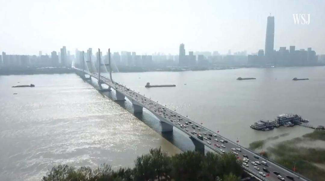 ▲现在交通忙碌的长江大桥,《华尔街日报》报道截图。