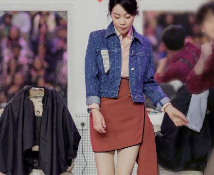 闫妮太懂减龄了,穿牛仔外套时尚又清新,看着不像快五十