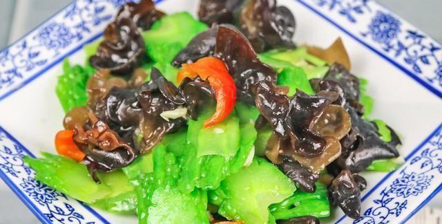一根苦瓜加一把黑木耳,大厨只用一招,做出营养又健康的家常菜