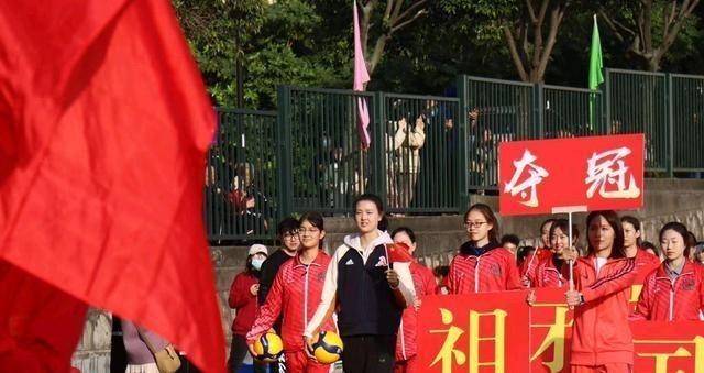江苏女排两核心现身运动会,张常宁白卫衣显气质,龚翔宇严肃认真