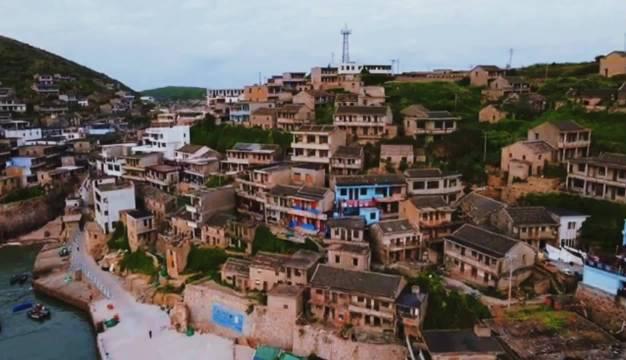就地取材的石头房子,依山而建,层层叠叠被誉为海上的布达拉宫