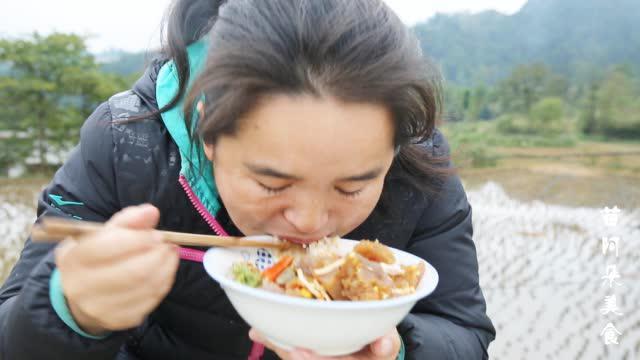 苗大姐做苗家美食,剁辣椒折耳根一拌,脸又圆了一圈( )