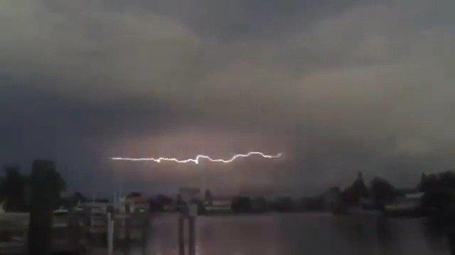 一道在天边横向蔓延的闪电,行进线路仿佛是天空的心电图~