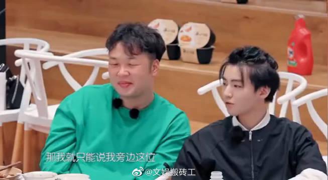 王俊凯、杜海涛时刻都在喝水 小凯调侃俩人是饮水兄弟,也是绝配~