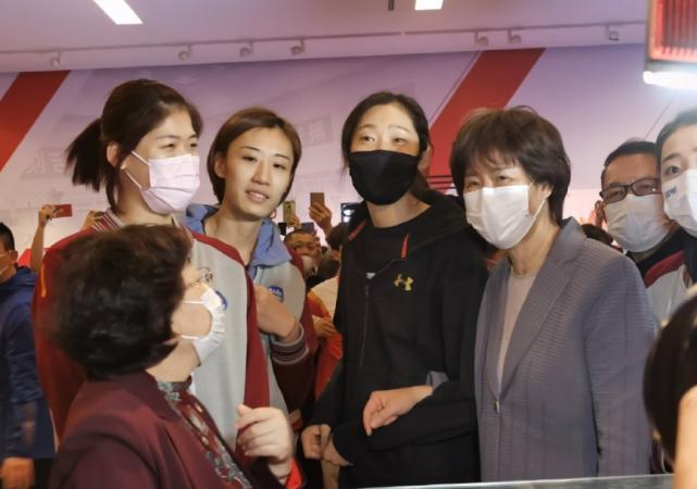 郎平天津之行心情佳,特殊职务引关注,与女排奥运冠军成同事