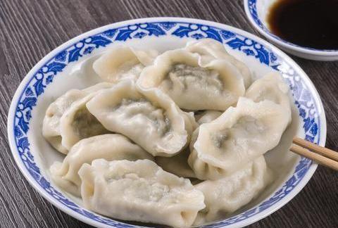 包白菜馅饺子,这一步是关键,拌馅不出水,饺子鲜嫩多汁,真好吃