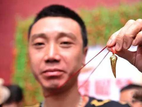 泡在辣椒缸里吃辣椒,吃得最多的可以得黄金,全程令人瞠目结舌