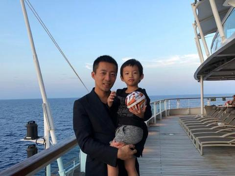 汪小菲晒儿子正面照,3岁汪希箖穿T恤可爱,长腿随爸,长相随大S