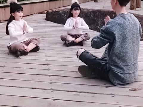 """""""小鲜肉奶爸""""带双胞胎小情人玩耍走红,网友:哎呀妈呀好可爱"""