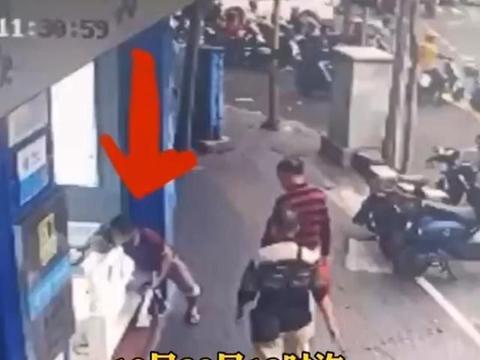 海口一男子行为真张狂,当着行人面偷走4部手机,此举与抢劫何异?