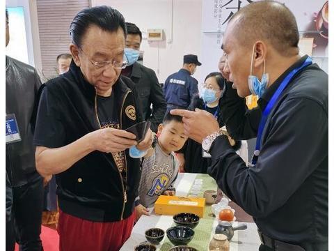 侯耀华悠闲惬意逛展会,74岁满面红光老当益壮