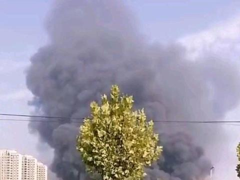 河南郑州南四环一仓库突发大火,浓烟遮天蔽日,消防已赶往救援
