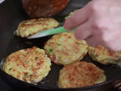 """1颗白菜,2个鸡蛋,手不沾面做""""早餐饼"""",10分钟搞定一家人早餐"""