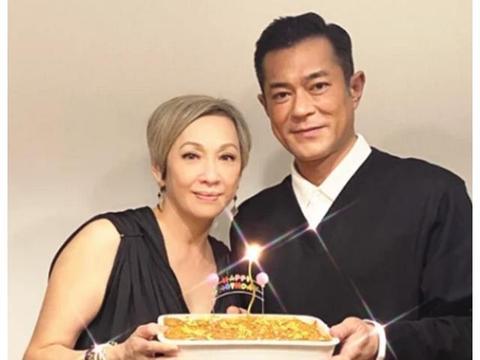 周润发前妻余安安晒照,与古天乐合体庆生,61岁童心未泯爱卡通