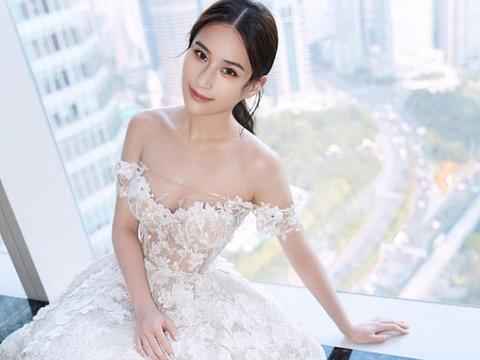 今日份小公主!何超莲穿白色拖地裙秀香肩美背 风格百变魅力足