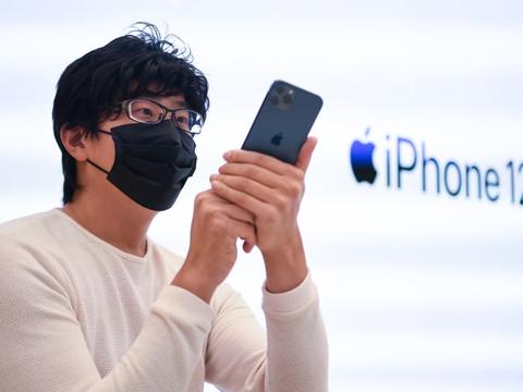 iPhone 12缺充电插头:苹果既赚里子又赚面子,消费者却一无所获