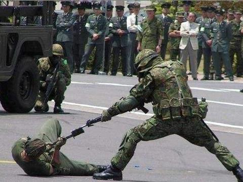 毫不掩饰野心!日本为夺岛拉着美军搞演习,专家:在挑战俄底线