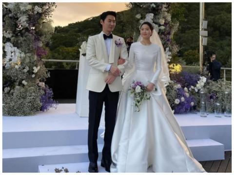 神话成员文晸赫携妻子出席婚礼,全程十指紧扣照顾有加