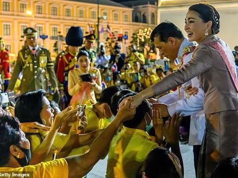 国内抗议不断,泰王携王后看望支持者,赞扬保皇派非常勇敢