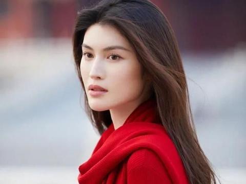 真不愧是国际超模,何穗将简单的红色围巾,凹出了大牌造型感