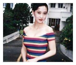 李连杰妻子利智近照曝光,面色憔悴显苍老,17岁女儿身材火辣