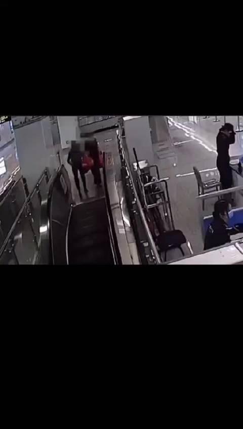 地铁站里,90后辅警5秒跨栏救人。为他点赞👍 (吉林日报)