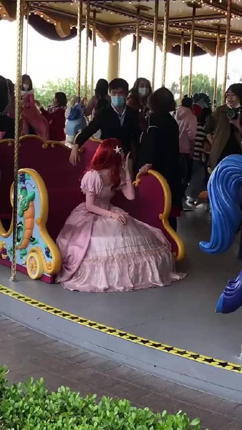 路人在迪士尼偶遇到的毛晓彤,一头红发配上粉色公主长裙……