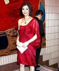 她钟情姐弟恋,被小17岁嫩模骗财,如今55岁又谈姐弟恋!