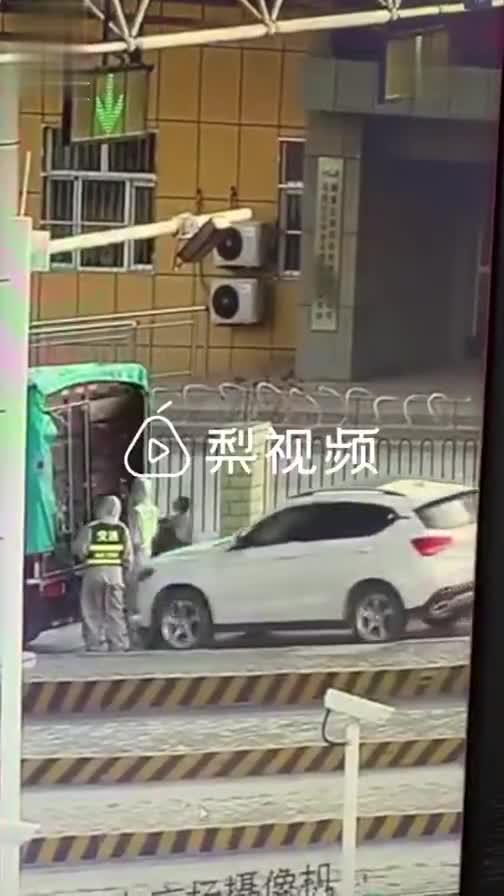 女子排队过收费站撞上前方例检人员:刚过实习期,自己也懵了