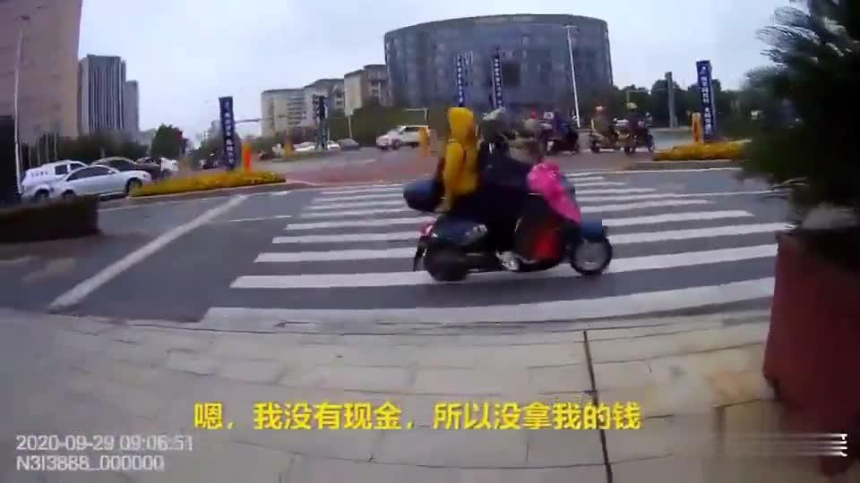 """""""警察,救救我!""""吉安县大街上一女子拉着行李突然跑向警察……"""