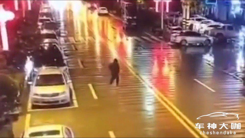 奇葩男子酒后竟然站在马路中间,小便?