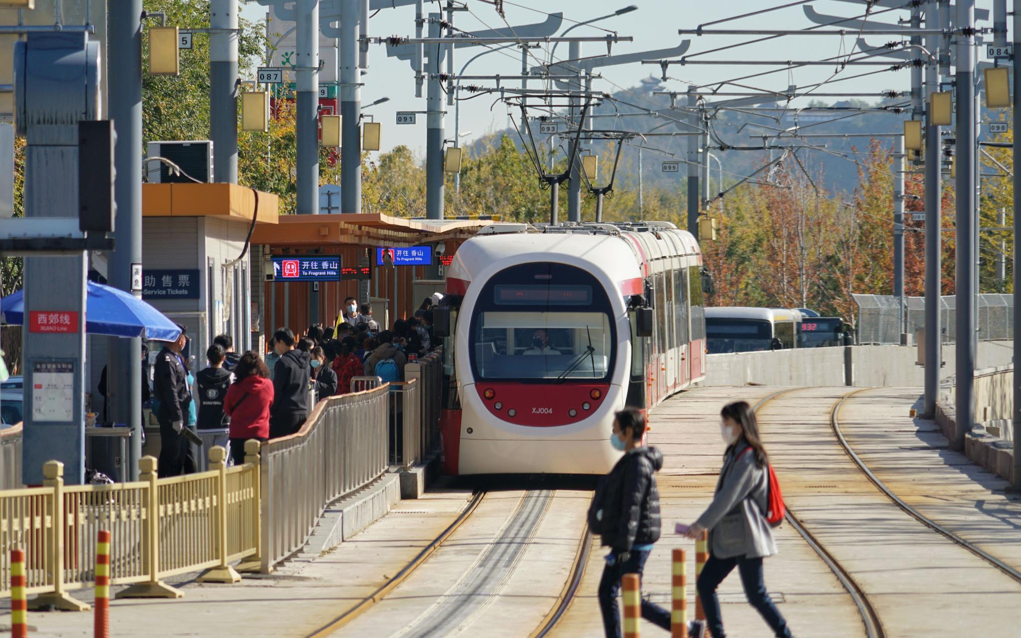 西郊线植物园站,搭客正列队上下车。拍照/ 记京报新剑 裴者飞。