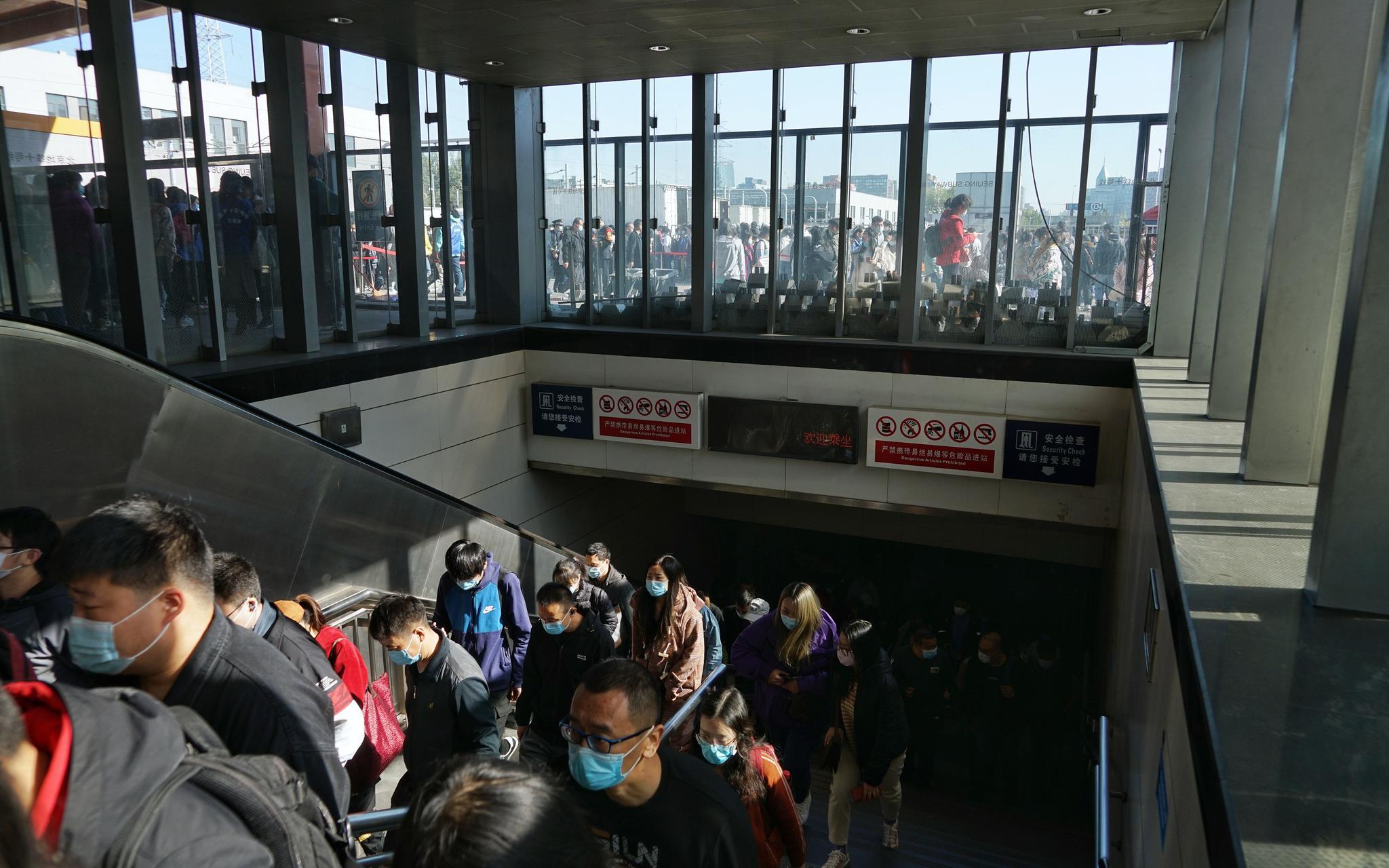 地铁10号线巴沟站,车站已将电梯封闭,搭客正步行出站。拍照/ 记京报新剑 裴者飞。