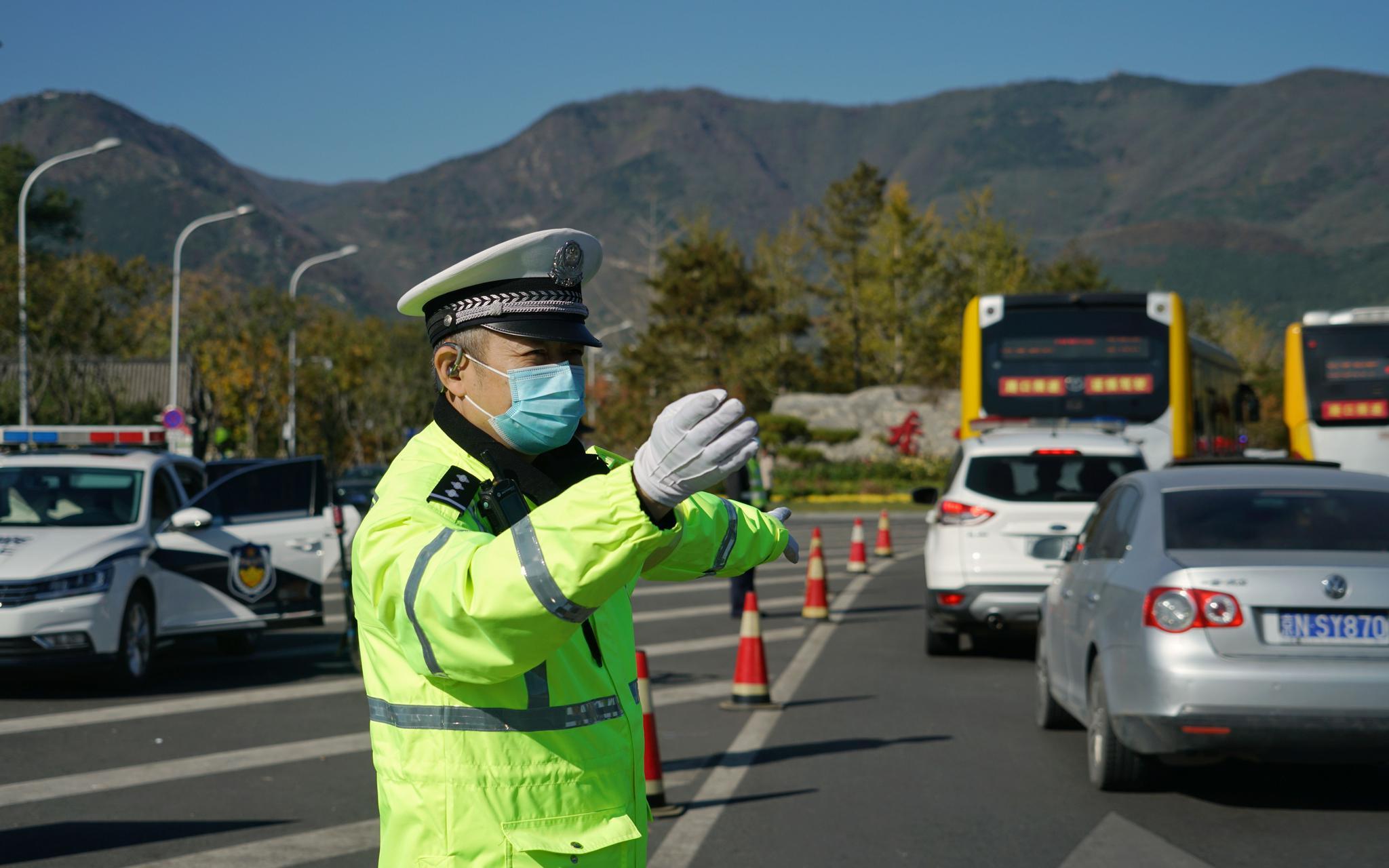 香泉环岛西侧,海淀黄庄大队的交警正在劝导列队车辆。拍照/ 记京报新剑 裴者飞。