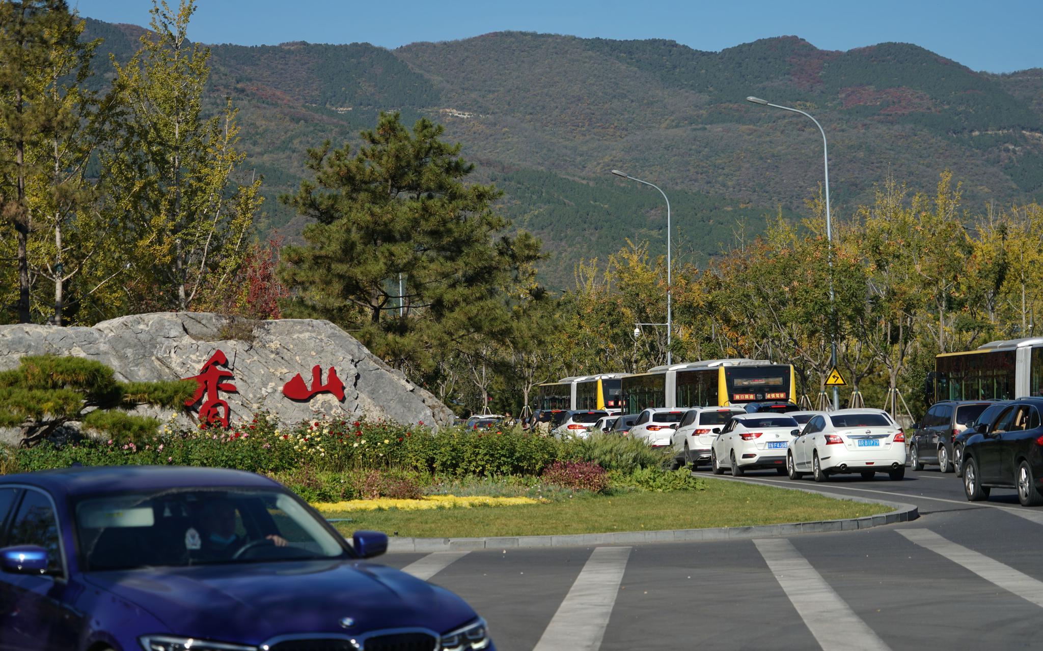 交管部分先容,从本日7点最先,香山周边门路就进入了拥堵模式。拍照/ 记京报新剑 裴者飞。
