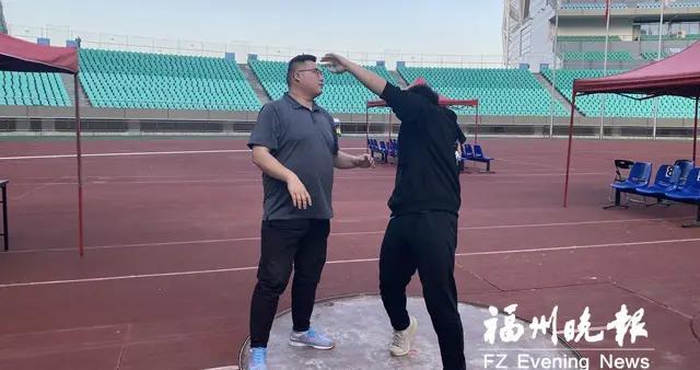 铅球比赛三破纪录 教练汪涛:培养兴趣 适当奖励