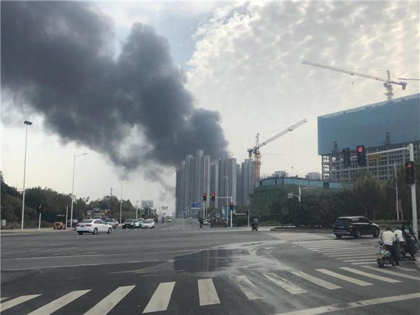 郑州南四环与京广路交叉口一简易仓库着火 目前火势已控制