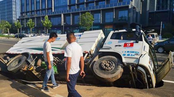 豆腐渣工程!重庆一地面塌陷致货车侧翻跌落,驾驶员被困