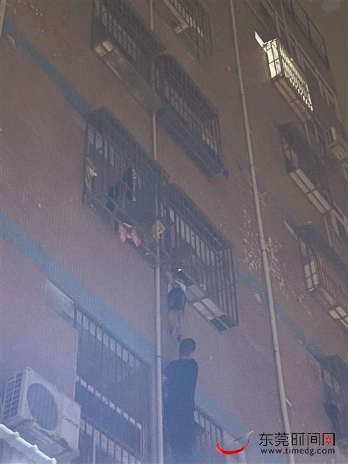 """5岁娃""""挂""""三楼窗外 面馆老板单手托15分钟"""