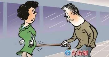 """厦门67岁老汉频频伸出""""咸猪手"""",构成强制猥亵罪,一审被判六个月"""