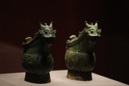 展出的翌兽形觥是一种酒器,觚和爵的组合是青铜礼器最焦点器物之一。拍照/新京报记者 浦峰