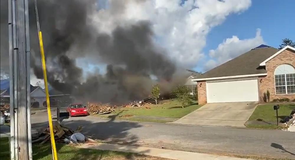美国军机撞民宅:飞行员丧生多辆汽车被毁