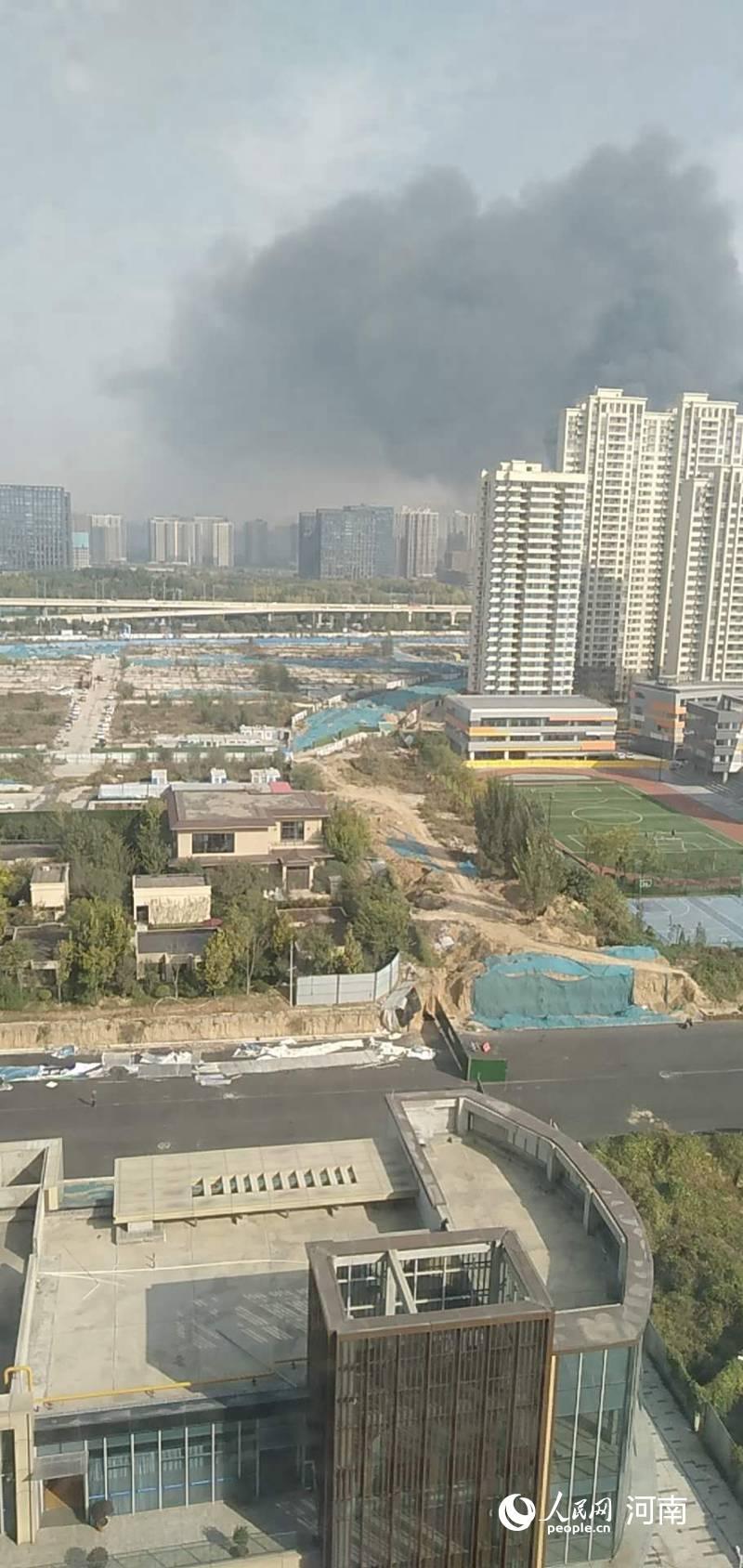 郑州南四环突发大火 未造成人员伤亡
