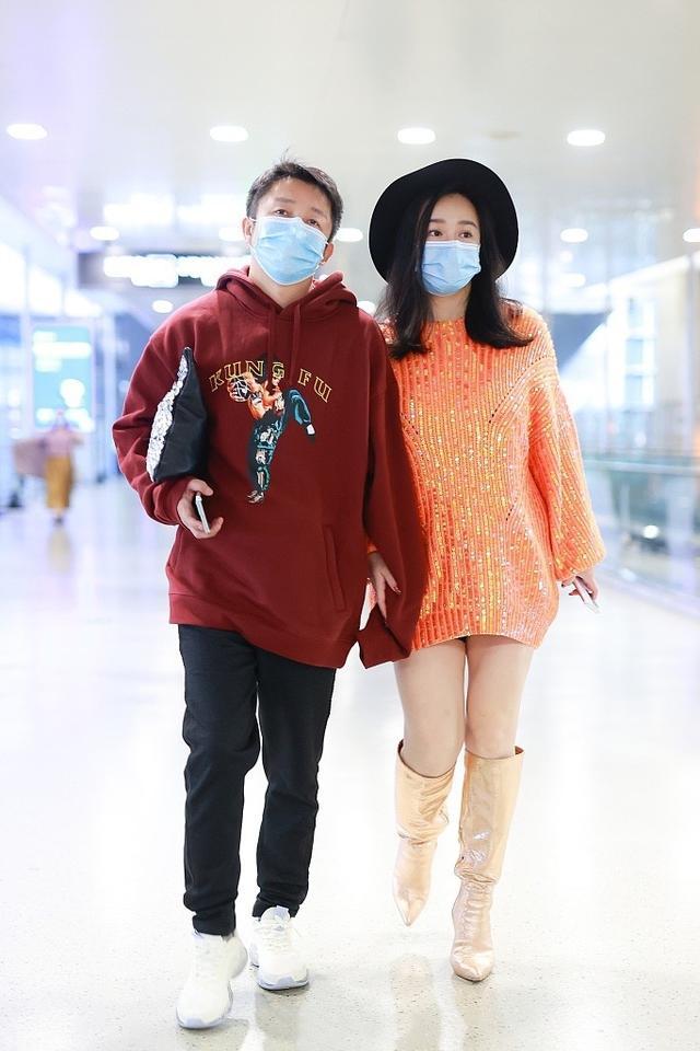 邹市明夫妇挽手现身机场,冉莹颖穿扮靓丽玩下衣失踪,双腿显粗壮