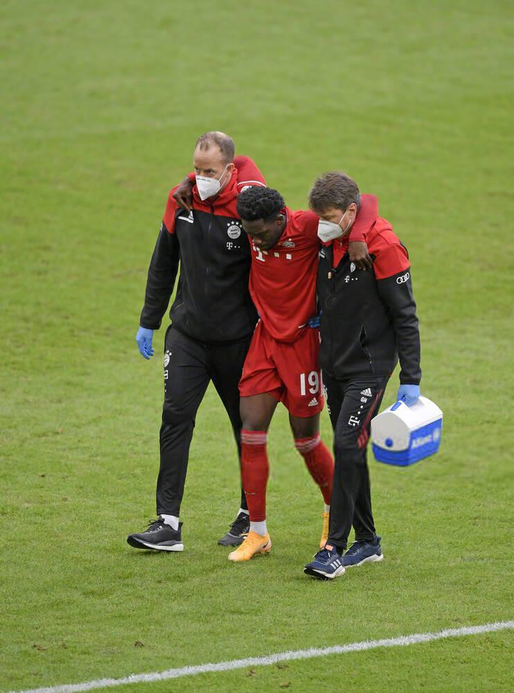 拜仁5-0战胜法兰克福的比赛中,阿方索-戴维斯受伤离场……