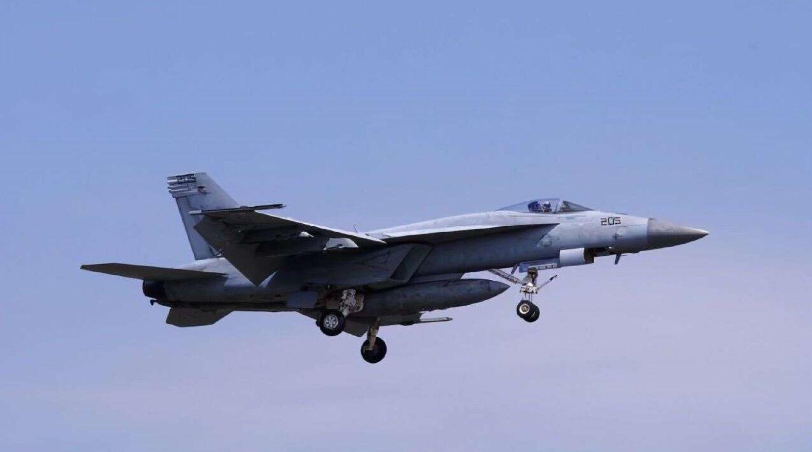 美军一架教练机坠入居民区起火 2名机组人员当场死亡