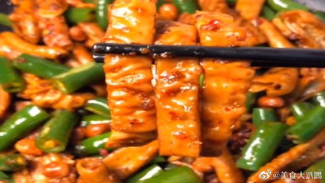 家常青椒炒肥肠的做法,色香味俱全,看着就有食欲,太香了!