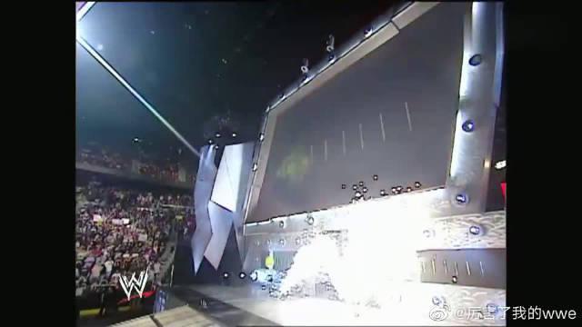 WWE:战神高柏霸气出场,巨石强森瞬间怂了,吓得赶紧让保镖保护
