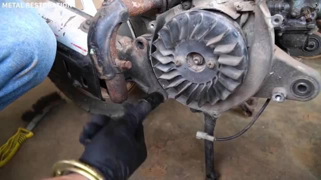 翻新1984年铃木二冲程发动机,真是个人才,换我不一定能拆得掉